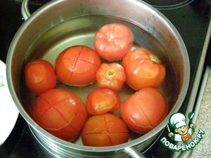 Tomatoes incise cross and hold it in boiling water for 1 minute. Then remove the skin.