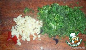 Пока баклажаны запекаются, делаем посыпку. Режем зелень, чеснок(помельче), острый перчик(предварительно очистить от семян)+ семена фенхеля+ оригано. Все смешиваем и отставляем в сторону.