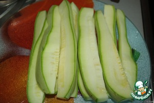 Cut the zucchini into strips of medium thickness