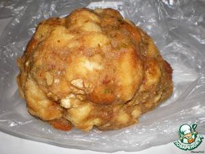 Придаём массе круглую форму и заворачиваем в пищевую плёнку.Ставим в холодильник на 30 минут.