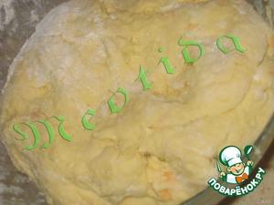 понемногу добавляя муку, вымешиваем нежное и воздушное тесто.