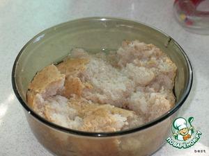 Булочки замочить в теплой кипяченой воде. Когда булочки размокнут, отжать лишнюю воду.