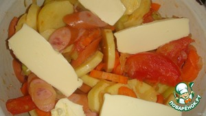 Potatoes cut into slices, carrots in the same sausage cut as you like))).  Stir, add salt, add spices and a few pieces of butter, cover with a lid and stew until ready