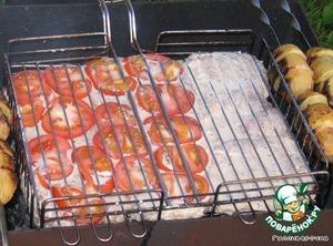 Уложили в барбекюшницу (в решетку), в данном случае народ захотел с помидорами - на половинку положили помидоры. Правда, они прилипли к решетке... Но вкус отдали!