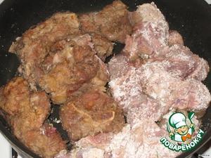Сковороду с маслом очень хорошо разогреть.   Крахмал всыпать к мясу, все тщательно перемешать и обжарить мясо с двух сторон до румяной корочки, на сильном огне.   Мясо вытащить и отложить в сторону.