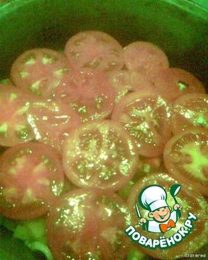 Последним выкладываем слой помидор.