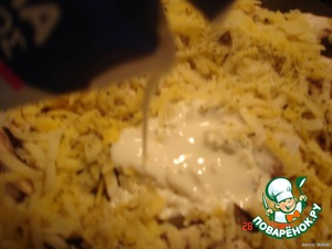 The last layer is potatoes, grated on a grater, sprinkle and pour cream.