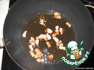 Сало режем на кусочки и обжариваем на сковороде до шкварок. Шкварки вынимаем и обжариваем нарезанный лук до золотистого цвета.