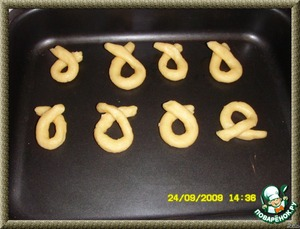 Preheat the oven to 180 degrees. The dough again to promeniti, divided into 4 parts, each roll into a long thin cushion, with a diameter of about 1 cm, cut into pieces 20 cm you Should get 32 pieces. Roll them pretzel, spread on the baking paper and send in the oven for 10-15 minutes.