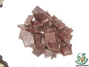 Теперь готовим ганаш. 300 г черного шоколада поломаем на мелкие кусочки.