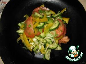 Выложить салат на тарелку.