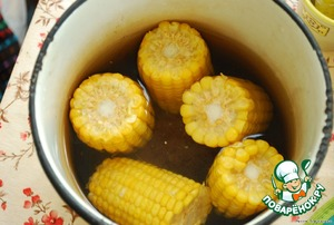 The cobs clean of leaves, put in boiling salted water, cook until the separation of the corn grain for 15-20 minutes.  I have frozen corn, quickly cooked.
