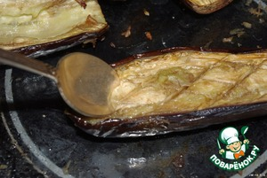 The eggplant is baked. Remove the insides with a spoon.