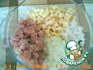 Сделать начинку. Филе курицы, картошку (я положила полстакана вареного риса), лук нарезать одинаковыми кубиками , масло. Посолить,поперчить.