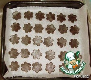 Укладываем печенье на противень и в духовку минут на 10 при 180 градусах.       По истечении нужного времени достаём печенье из духовки и аккуратно перекладываем его на ровную поверхность для полного остывания. А пока займёмся сахарным тестом.