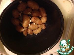"""наливаем немного масла на дно мульти и выкладываем в один слой картошку, солим, добавляем специи. Ставим на режим """" выпечка"""" или """"пирог"""" на 45-60 минут. Периодически переворачиваем. По истечению 30 минут добавляем грамм 30 сливочного масла. Еще через минут 20 добавляем чеснок пару зубчиков."""