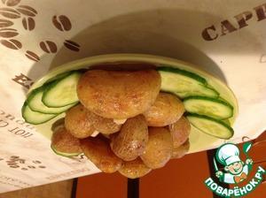 На тарелку режем овощи и сверху выкладывает картошку