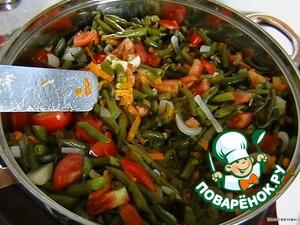 Выложила на сковороду, добавила масло, посолила и поставила тушиться под крышкой на медленном огне.   Тем временем порезала полуколечками лук, добавила, натерла морковь - туда же, порезала и добавила помидоры. Понятно, что при добавлении каждого следующего овоща хорошо все перемешивала.   Пока я возилась с овощами, моя фасоль почти дошла.