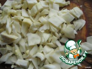 Капуста - единственный овощ, который тут оказался не круглым. Согласитесь, что нарезать капусту кружками было бы малость крупновато. Просто у меня оставалось немножко капусты, и я решила использовать её в дело.   Итак, нарезаем капусту