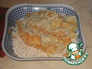Пропустить через мясорубку курицу, морковь, картофель и хлеб.