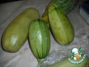 1. Wash and peel 3 kg of zucchini, the pulp and seeds to remove