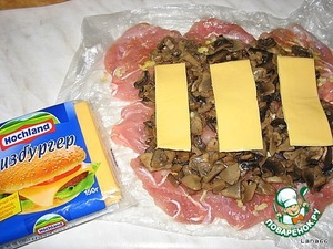 On mushrooms put plastic cheese Hochland, dividing it into three strips.