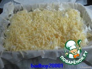 Вылить оставшуюся начинку, сверху добавить тёртого сыра
