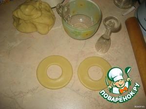 В середине большого круга вырезать маленький круг (вырезала рюмкой).