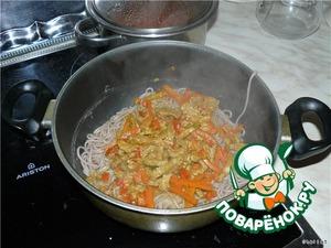 Затем лапшу откидываем на дуршлаг и кладем обратно в кастрюльку. Сверху выливаем мясо с овощами и держим еще несколько минут, чтобы лапша хорошо пропиталась соком, но при этом влаги не должно остаться.