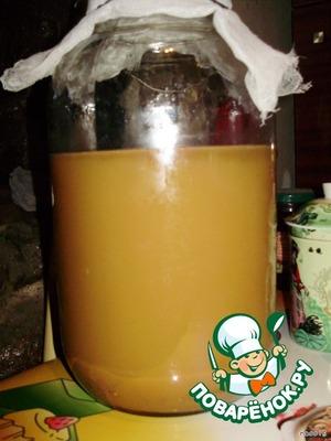 За это время уксус должен стать прозрачным, а внизу соберется осадок. Аккуратно сливаем чистую жидкость, разливаем по стеклянным бутылкам и хорошо укупориваем.