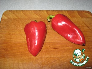 Take two beautiful Bulgarian pepper, wash, peel, cut into strips.