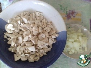 Chicken fillet boil and allow to cool.  Mushrooms and onion cut into medium cubes.
