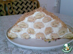 The top is also lubricated cream and sprinkle with crumbs from a baked 16-th piece of dough. Put in the cold for impregnation, preferably overnight. I baked this cake for guests - a brother and cousin that will arrive tomorrow from Saratov to visit me. Tomorrow I will try to upload razrezik cake. Help yourself, Bon appetit!