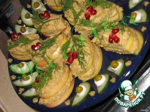 Выкладываем наши сочные ломтики на тарелочку..   украшаем ягодками граната ...   тарелочку оформляем огурчиком.., горошком и горчичкой..