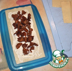 На сметану укладываем жареные грибы.