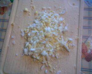 Сварить и нарезать яйцо.