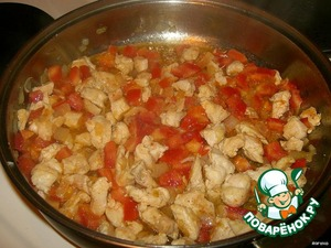 Fry in butter finely chopped onion until Golden brown. To the onions add the chicken Breasts, fry them well. Then add finely chopped tomato and fry all together for about 10 minutes.
