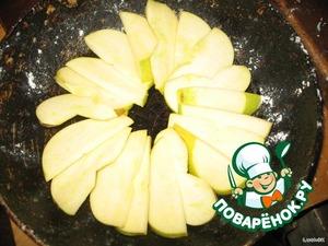 Сковороду смазать растительным маслом и присыпать мукой. Выложить яблоки на дно сковороды
