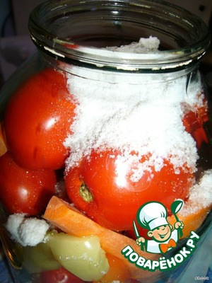 Then a jar of tomatoes to get out of the water, add sugar, salt, vinegar.
