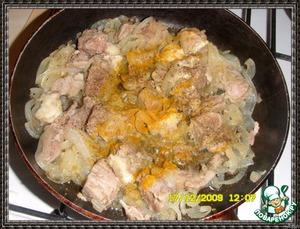 добавить кусочки мяса, специи - куркуму, соль, перец и алычу сушеную.   Обжарить до легкой корочки мяса.