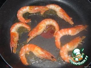 На хорошо разогретую сковородку, наливаем оливковое масло (1 ст. ложку), и выкладываем креветки (без маринада). Обжариваем их.