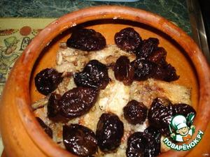 В глиняный горшок уложить обжаренные кусочки кролика, добавить соль, перец, зелень, чернослив, чеснок.