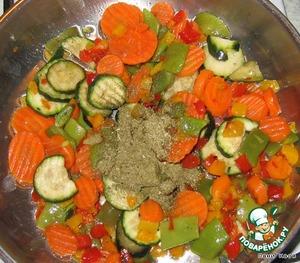 Замороженные овощи (любые, любая смесь - морковь, цукини, фасоль. Можно и свежие, но время-то всегда экономим...) обжарить на растительном масле с Итальянскими травами до полуготовности