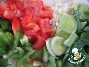 """In a well-heated """"FOC"""" put:  peppers (red and green) sliced;  leeks, cut into slices;  chopped garlic and stew with vegetable oil for about 3 minutes."""