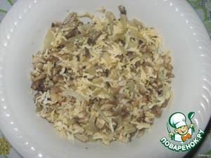 Сливочный сыр натереть на мелкой тёрке, соединить с обжаренными грибами, перемешать