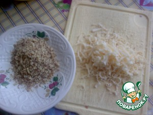 Орехи измельчить, сыр натереть на терке.