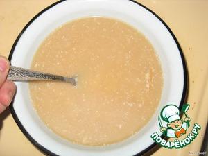 Теперь соус. Сырок потереть на терке. Переложить в кастрюльку, добавить стакан воды и 2-3 ложки соевого соуса. На медленном огне проварить, помешивая, до растворения сыра.