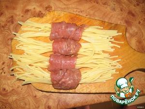 Спагетти разделить на пучочки и каждый завернуть в мяско.