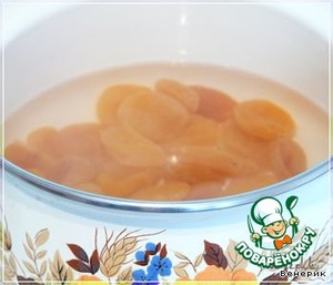 Dried apricots wash, pour boiling water and boil for 7-10 minutes on low heat, then drain in a colander.