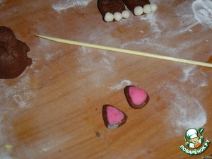 On the waiting lugs. Brown mastic do the triangles, and pink - the same triangles, only smaller. Then a pink triangle attached to a brown, slightly moistened with water.